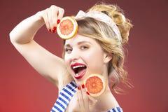 Lächelndes leidenschaftliches kaukasisches blondes mit zwei Scheiben Lizenzfreie Stockfotos