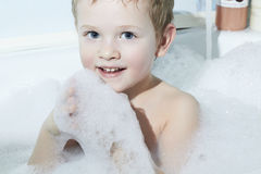 Lächelndes Little Boy in Bath.Funny-Kind im Schaum Stockbild