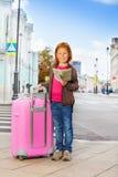 Lächelndes Mädchen allein auf der Straße mit Stadtplan Lizenzfreies Stockfoto