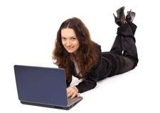 Lächelndes Mädchen arbeitet mit dem Laptop Stockfotos