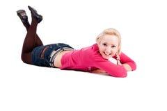 Lächelndes Mädchen auf dem Fußboden stockfotos