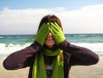 Lächelndes Mädchen auf dem Strand Stockbilder