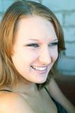 Lächelndes Mädchen auf einem Grau stockfoto