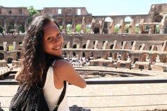 Lächelndes Mädchen auf Galerie von Colosseum stockfotos