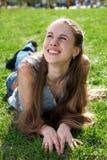 Lächelndes Mädchen auf Gras Lizenzfreie Stockbilder