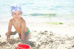 Lächelndes Mädchen auf Strand lizenzfreie stockfotos