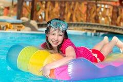 Lächelndes Mädchen auf Wasser-Floß Lizenzfreie Stockfotos
