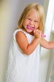 Lächelndes Mädchen in auftragenden Zähnen des Badezimmers Lizenzfreies Stockbild