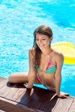 Lächelndes Mädchen aus Pool heraus stockbild