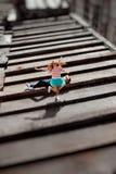 Lächelndes Mädchen, das über den Mann auf dem grauen Dach der Wohnung springt stockfotografie