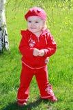 Lächelndes Mädchen, das auf dem Gras steht Stockfotos