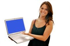 Lächelndes Mädchen, das auf den Computer getrennt zeigt Stockfotos