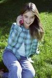 Lächelndes Mädchen, das auf Handy spricht Lizenzfreies Stockbild