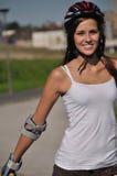 Lächelndes Mädchen, das draußen irgendeinen Sport tut Lizenzfreies Stockbild