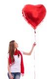 Lächelndes Mädchen, das Herz hält Stockbilder