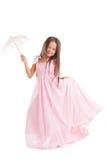 Lächelndes Mädchen, das im langen Kleid mit Regenschirm aufwirft Lizenzfreie Stockbilder