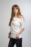 Lächelndes Mädchen, das im weißen T-Shirt aufwirft Lizenzfreie Stockfotografie