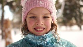 Lächelndes Mädchen, das kalten Sunny Morning im Park genießt Nahes Porträt eines Schulmädchens nachdem dem Spielen im Schnee, ros stock video