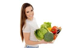 Lächelndes Mädchen, das Korb voll vom Gemüse hält stockbild