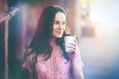 Lächelndes Mädchen, das mit Morgenkaffee geht Stockbilder
