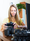 Lächelndes Mädchen, das mit photocamera arbeitet Stockfotos