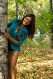 Lächelndes Mädchen, das nahe Birke steht stockfotografie