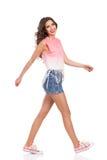 Lächelndes Mädchen, das in rosa Turnschuhe geht Stockfotos