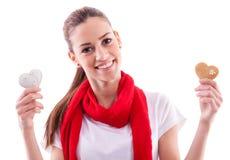 Lächelndes Mädchen, das Süßigkeitsherzen hält Lizenzfreies Stockbild