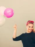 Lächelndes Mädchen, das Spaß mit Ballonen hat Stockfotos