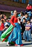 Lächelndes Mädchen in der Parade stockfoto