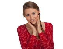 Lächelndes Mädchen in der roten Bluse Stockbild