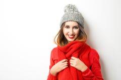 Lächelndes Mädchen in der Winterkleidung Stockfotos