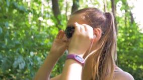 Lächelndes Mädchen des Sports mit Gläsern läuft in den Park, entfernt Gläser Schließen Sie herauf Schuss stock video
