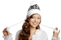 Lächelndes Mädchen des Winters auf einem weißen Hintergrund Stockfoto