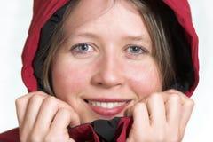 Lächelndes Mädchen an einem kalten Wintertag lizenzfreie stockfotografie