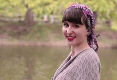 Lächelndes Mädchen in einem Schal Stockfotos