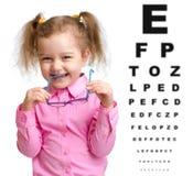 Lächelndes Mädchen entfernte Gläser mit undeutlichem Auge Stockbilder