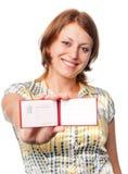 Lächelndes Mädchen hält die Bescheinigung an Lizenzfreie Stockfotografie