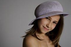 Lächelndes Mädchen im Hut Stockfotos