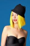 Lächelndes Mädchen im Hut Gelbes Haar Stockfotografie