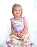 Lächelndes Mädchen im Polka-Punkt-Kleid Stockfoto