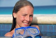 Lächelndes Mädchen im Swimmingpool Stockfotos