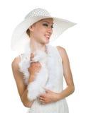 Lächelndes Mädchen im weißen Hut stockfotografie