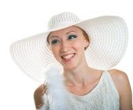 Lächelndes Mädchen im weißen Hut stockbild