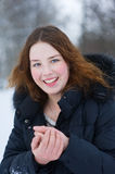Lächelndes Mädchen im Winter Lizenzfreies Stockfoto