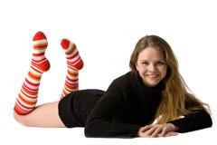 Lächelndes Mädchen liegt auf dem Fußboden stockfotos