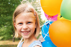Lächelndes Mädchen mit Ballonen Stockfotografie