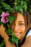 Lächelndes Mädchen mit Blumen Lizenzfreie Stockfotografie