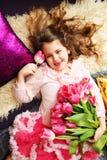 Lächelndes Mädchen mit Blumen Zacken Sie Tulpen aus Set von 9 Abbildungen der wundervollen mehrfarbigen Tulpen Festlicher Hinterg Lizenzfreie Stockfotografie