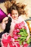 Lächelndes Mädchen mit Blumen Zacken Sie Tulpen aus Set von 9 Abbildungen der wundervollen mehrfarbigen Tulpen Festlicher Hinterg Lizenzfreie Stockbilder
